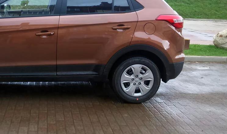 Заднее колесо коричневого автомобиля